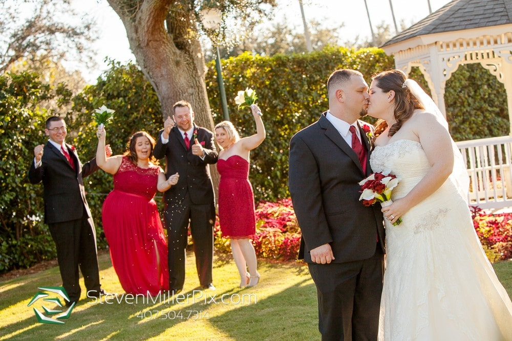 Celebration-Golf-Club-Couple kissing with bridal party cheering behind them