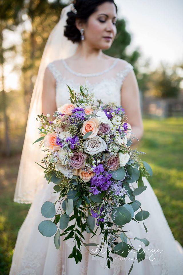 Club Lake Plantation - bride with loose, romantic bouquet