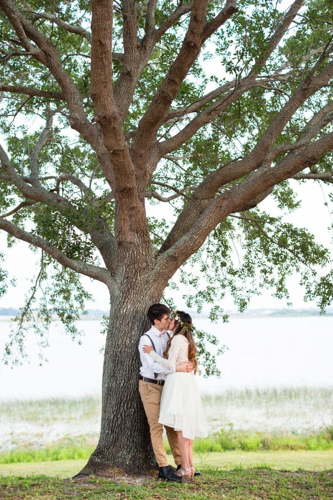 Hub 925 - bride and groom kissing under oak tree