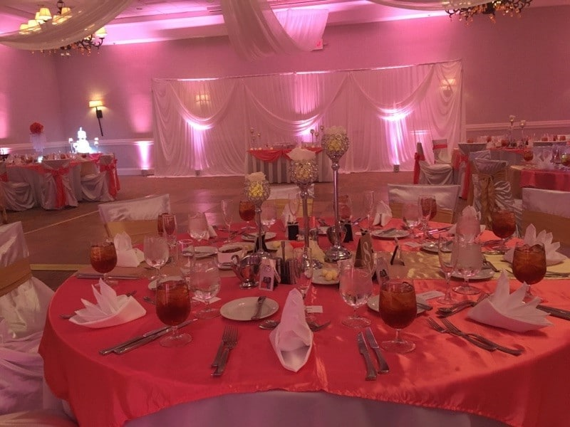 Renaissance-Orlando-Hotel-Airport-Red hues of color at large round table setting