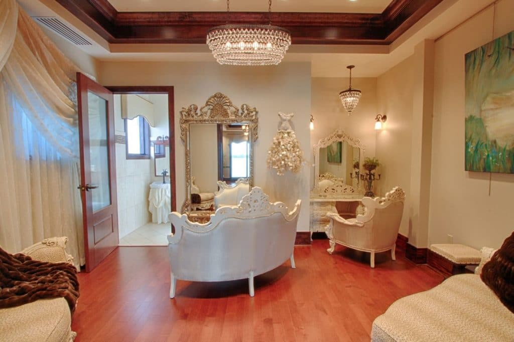 Tavares-Pavilion-on-the-Lake-Parlor area for dressing