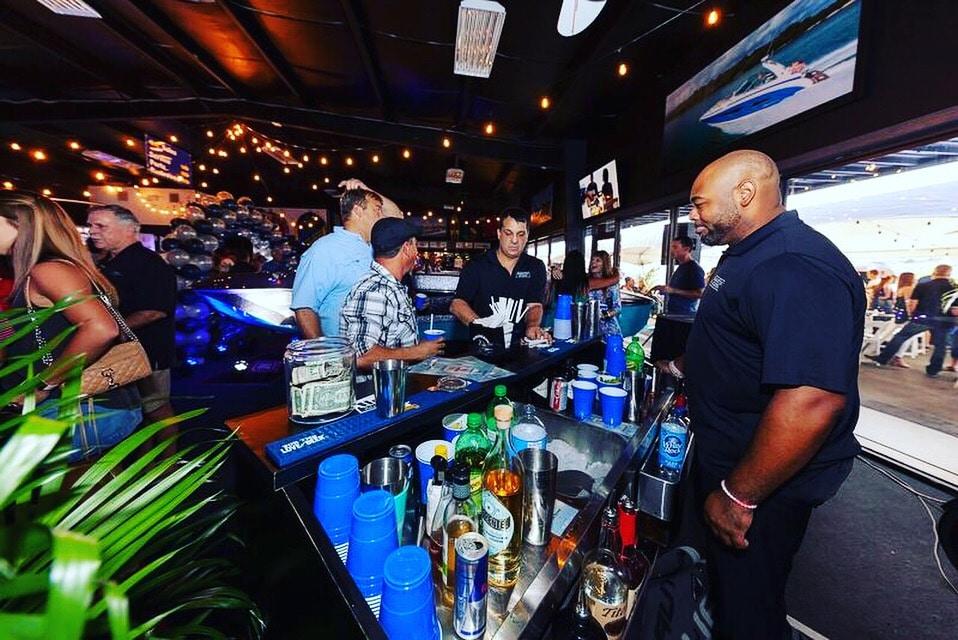 Bar-tini Orlando - bartender serving drinks