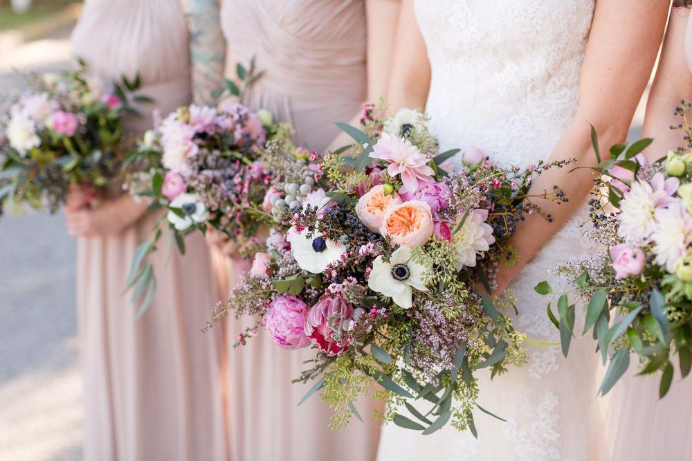 Lee Forrest Design - bride & bridesmaid closeup of their bouquets